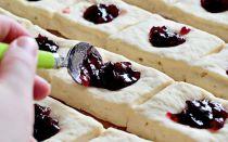 Пошаговый рецепт сдобных булочек с повидлом — фото